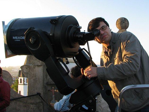 Nový dalekohled pořídila Jihlavská astronomická společnost ze sponzorských darů za čtvrt milionu korun. Podle Miloše Podařila (na snímku) je to jeden z nejvýkonnějších astronomických dalekohledů v tuzemsku, které využívá veřejnost k pozorováním oblohy.