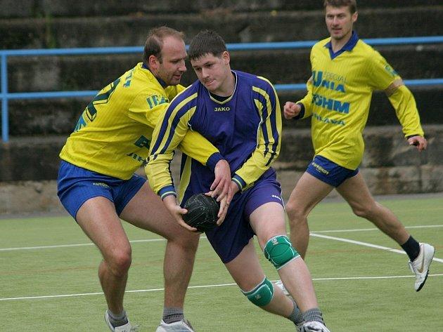 Národní házenkáři jihlavského Autonotu (ve žlutém) udělali v Ostopovicích další krok k postupu do II. ligy.