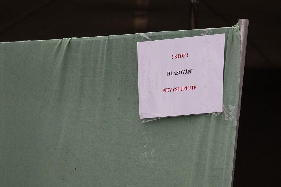 Lidé v karanténě mohou volit například v drive in stanu v Jihlavě.