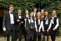 Absolventka jihlavského gymnázia Tereza Maláčová (vpravo) se svými spolužáky z Oxfordu.