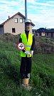 V Sedlejově si poradili s neukázněnými řidiči. Figurína policisty vypadá velmi věrohodně.