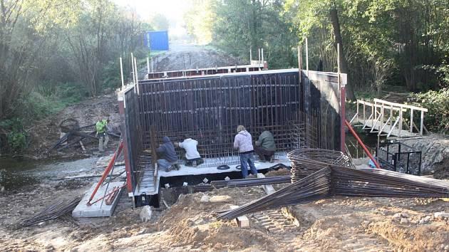 Takto vypadal most u Cerekvičky-Rosic na začátku října. Výstavba mostu se o něco zdržela. První řidiči se po něm projedou nejspíše 18. listopadu.