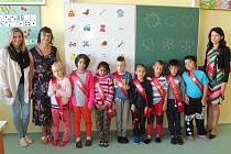 Žáci první třídy ze Základní školy Jungmannova 6 v Jihlavě. Na fotografii zleva s asistentkou pedagoga ve třídě Michaelou Kalnou, vedle ní stojí třídní paní učitelka Hana Matějková a zcela vpravo je ředitelka školy Ivana Málková.