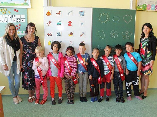Žáci první třídy ze Základní školy Jungmannova 6vJihlavě. Na fotografii zleva sasistentkou pedagoga ve třídě Michaelou Kalnou, vedle ní stojí třídní paní učitelka Hana Matějková a zcela vpravo je ředitelka školy Ivana Málková.