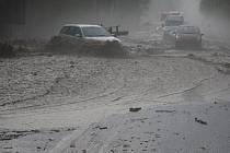 Rozvodněný potok u obce Mladé Bříště na Pelhřimovsku uvěznil ve čtvrtek v podvečer několik aut. Voda, bahno, kamení a kusy dřeva zcela zatarasily silnici. Ta byla hodinu a půl neprůjezdná.