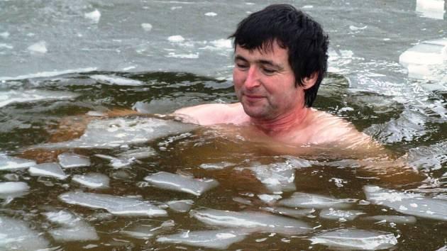 Starosta Kostelní Myslové Luboš Nosek se koupe v ledové vodě rybníka Na Žlábku.
