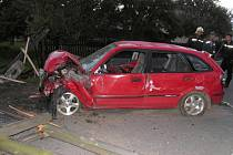 Řidič ve vysoké rychlosti naboural a přerazil sloup elektrického vedení.