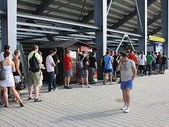 Takováto fronta byla ve čtvrtek krátce před ukončením předprodeje na stadionu v Jiráskově ulici.