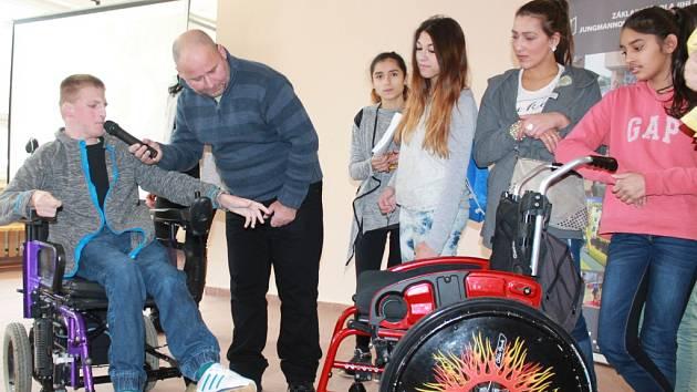Darovaný vozík potěšil. Dominik ihned přesedl ze svého červeného mechanického vozíku na nový elektrický. Těsně před Vánocemi mu byl splněn jeho velký sen.