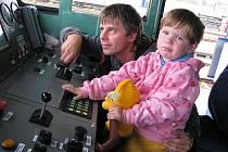 Luboš Kameník z Dolní Cerekve má k železnici velmi blízko. Jezdí s lokomotivou. V zácviku se připravuje na pozici strojvedoucího. Nasnímku je s vnučkou v nové lokomotivě na sobotní výstavě na jihlavském hlavním nádraží.