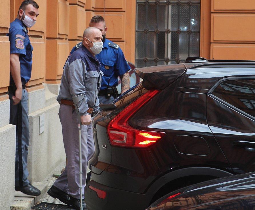 Zdeněk Macek míří za doprovodu vězeňské stráže do soudní síně v Brně.