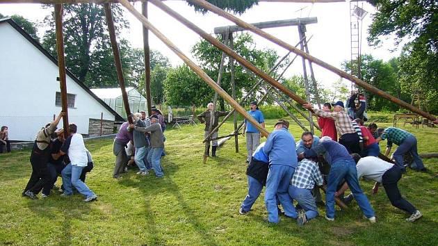 Přes dvě tuny váží obří májka, kterou stavěli o víkendu obyvatelé v Nové Vsi.