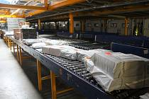 Každý večer balíkové třídicí centrum GLS ožije a pracovníkům projdou pod rukama stovky balíčků.
