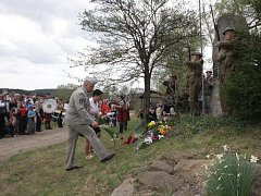 Pomník Adolfa Opálky v Ořechově, hrdiny protinacistického odboje, zdobí od víkendu květiny.