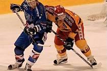 Prvoligovým jihlavským hokejistům se v posledních dvou týdnech daří. Na domácím ledě dokázali zdolat Vrchlabí i Beroun (na snímku vpravo útočník Dukly Radek Hubáček), Olomouci podlehli až v prodloužení a v Táboře vyhráli po nájezdech.