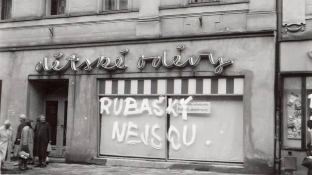 """Svůj smysl pro štiplavý humor nezapřeli Češi ani v těžké době. V Jihlavě na výlohu prodejny dětských oděvů kdosi poslal okupantům vzkaz: """"Rubašky nejsou."""""""
