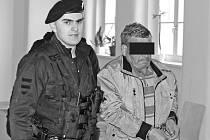 Po pondělním jednání rozhodla soudkyně o tom, že obviněný muž zůstane ve vazbě.