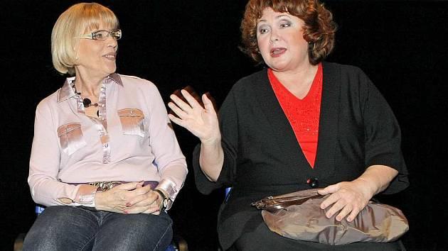 Novou komedii Líbáš jako Bůh přijela do Jihlavy představit mimo jiné režisérka Marie Poledňáková (vlevo) a  herečka Naďa Konvalinková (vpravo) .