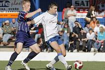 Fotbalisté Polné (v bílém Lukáš Adamec) mají nejblíže nakročeno do divize. Očekávají to i trenéři stávajících celků z Vysočiny, které čtvrtou nejvyšší soutěž hrají.