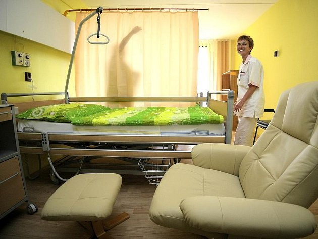 Dvoulůžkové pokoje mají pohodlnou postel, křeslo pro návštěvy, ale také třeba magnetickou tabuli, na kterou si pacienti mohou dát například fotografie nejbližších.
