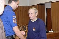 Karel Janoušek si odsedí ve vězení dvacet let za vraždu bratrance, kterého pobodal a hodil do studny. Rozsudek včera potvrdil Vrchní soud vPraze.