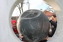 V pátek dopoledne se telčský gagarinův pomník vrátil do parku.
