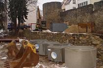 V lokalitě bývalé tržnice v centru krajského města, v místě budoucího Mahlerova parku, jsou v plném proudu práce na budování nové kanalizace.