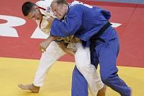 Jihlavský judista Lukáš Krpálek (v bílém kimonu) v duelu o bronz porazil Belgičana Elka van der Geesta a po dvaceti letech tak českému mužskému judu zajistil na MS medaili. Tu poslední získal v Barceloně v roce 1991 Jiří Sosna.