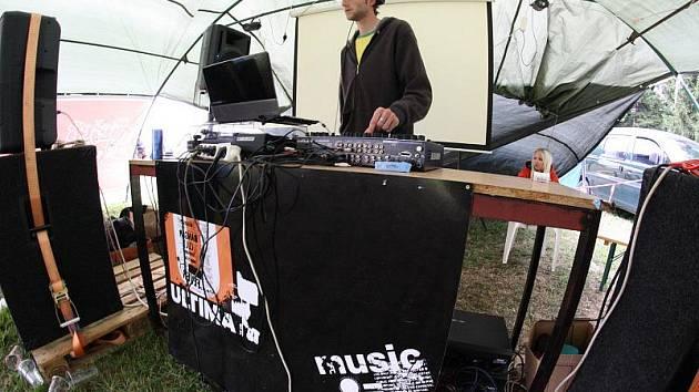 Pořadatelé festivalu Lopsided 2011 postavili na louce pod vysílačem hned čtyři scény. V sobotu odpoledne se na té s označením Ultima stage staral o produkci jihlavský dj Luccacsone.