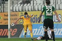 Mladý jihlavský záložník Lukáš Masopust (ve žlutém) právě posílá domácí do vedení. Na jeho gól však našel Jablonec ve druhém poločase odpověď, a tak musel Vysočině zajistil tříbodový zisk dvěma zásahy Haris Harba.