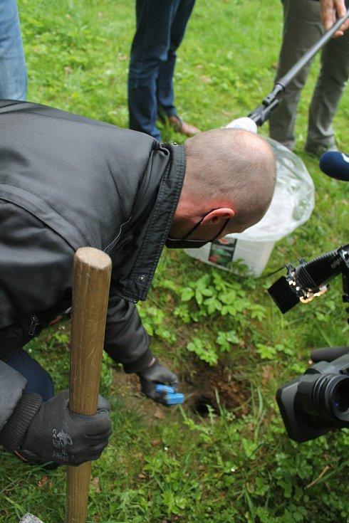 Tomáš Bubrinka háže do potkaní nory nástrahu.