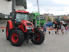 V rámci Dožínek stály před Priorem nové traktory.