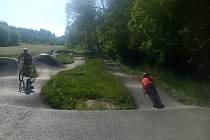 Ani v největší vedrech není na pumptracku liduprázdno. Láká i cyklisty, kteří zrovna projíždí po blízké cyklostezce.