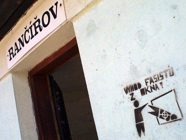 """Autobusovou zastávku v Rančířově ve směru na Jihlavu """"zdobí"""" dvě grafiky s antifašistickou tematikou."""