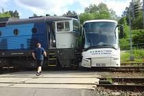 V osudný červnový den cestovalo v autobuse dopravní společnosti asi deset lidí. Ti si nehodu vyfotili.
