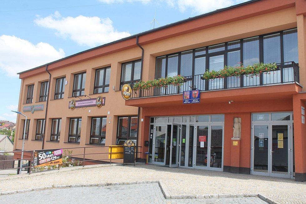 Lidé si ve Stonařově mohou i nakoupit, nechybí ani restauace.