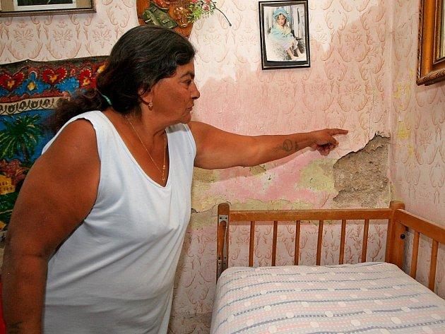 """""""Máme tu vlhko a plesnivo a odpadávají nám kusy omítky,"""" ukazuje obyvatelka romského ghetta v Telči."""