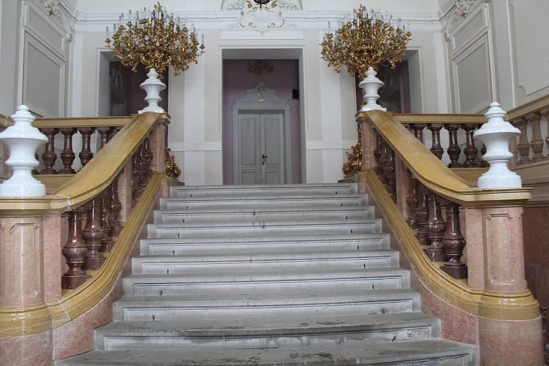 Interiér zámku je reprezentativní, sídlí tam i radnice.