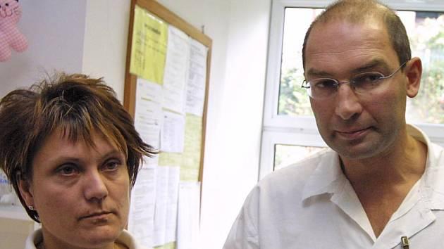 Lidé vnímají odvolání primáře dětského a novorozeneckého oddělení Nemocnice Třebíč Jana Kozáka a vrchní sestry Jitky Pospíšilové jako nepřiměřený postih.