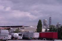 Branami jihlavského závodu Kronospan projede denně až stopadesát kamionů.