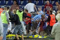 Jakmile skončil zápas Olomouce a Mladé Boleslavi, začalo řádění fotbalových fanoušků. Jejich bitka se neobešla beze škod na majetku. FC Vysočina, na jehož hřišti se utkání minulý měsíc hrálo, vyčíslilo škodu na dvě stě tisíc korun.