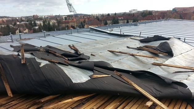 Střechu na bazénu E. Rošického v Jihlavě vzal vítr