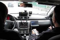 Za pouhých dvacet minut, kdy se Deník zúčastnil jízdy policejním Passatem, hlídka nachytala s telefonem v ruce řidiče kamionů a také byla svědkem špatného předjíždění.