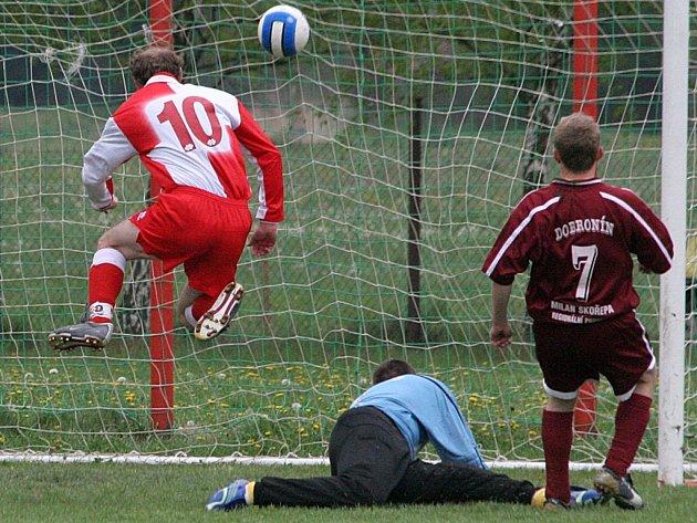 Janovický Leoš Boháček (číslo 10) právě otevírá skóre nedělního derby mezi Dobronínem a Janovicemi (0:4).