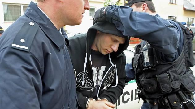 Radek Matula při zatčení loni v květnu v ulici Zrzavého kvůli drogám a vyhýbání se ústavní léčbě.