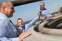 S efekty nové technologie, kterou umístila na komín sušárny firma Kronospan, se včera seznámili přímo na vrchu 65metrového komínu náměstek primátora  Radek Vovsík (vlevo) a náměstek hejtmana Pavel Hájek (třetí zleva).