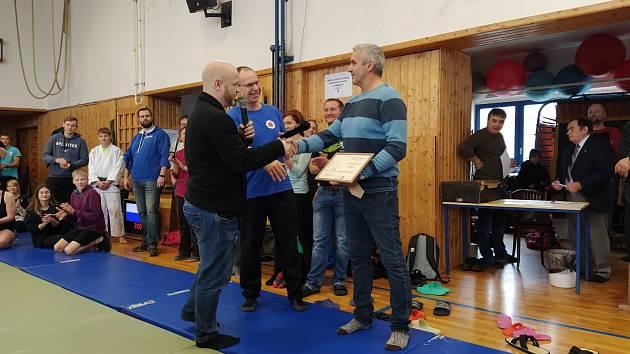 Jaroslav Wasserbauer ( vpravo) právě přebírá dárek ke svým šedesátým narozeninám.