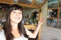 Studentce Adéle Prokšové přináší její prázdninová brigáda hned dvojí potěšení. Na letišti v baru se setkává s lidmi, které má ráda, a zároveň může sledovat předvádění svého oblíbeného koníčku, kterým je parašutismus.