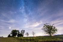 Noční obloha a padající hvězdy perseidy