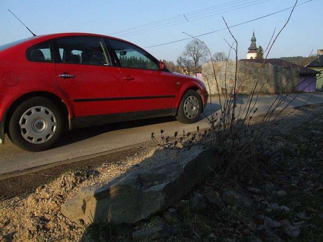 Řidiči pozor! Z jedné strany se do asfaltu zakousává v Rančířově zídka na soukromém pozemku. Z druhé strany jsou kameny, od kterých vozovka musí být vzdálena minimálně metr. Kvůli kamenům se musel asfalt řezat.